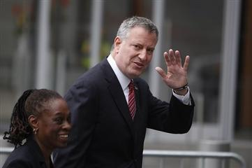 N.Y.C. Mayor de Blasio Scolds Tabloids for Coverage of Wife, Demands Apologies